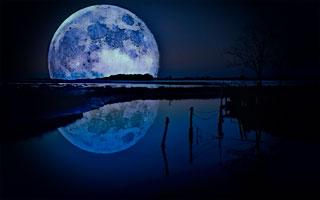 luna sobre río