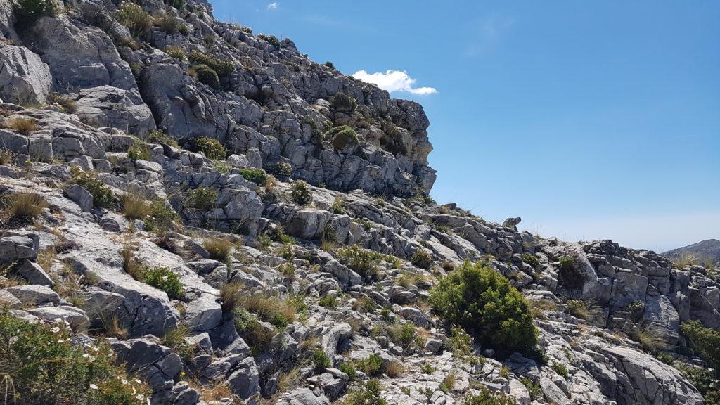 Hacia el borde rocoso a la derecha