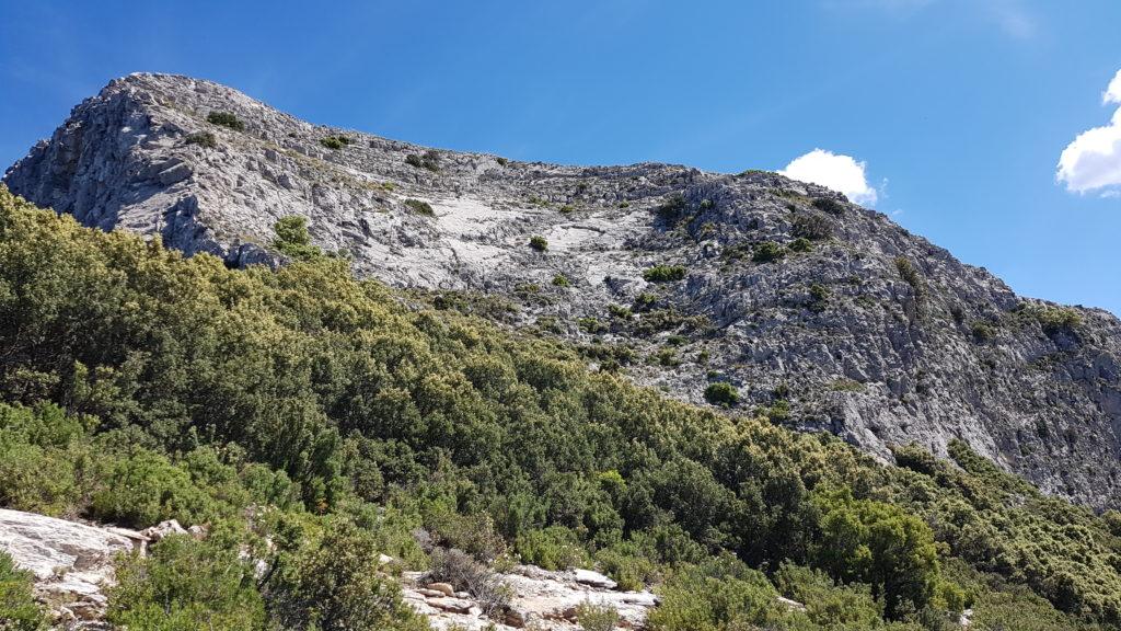 Hacia la parte derecha de las paredes rocosas