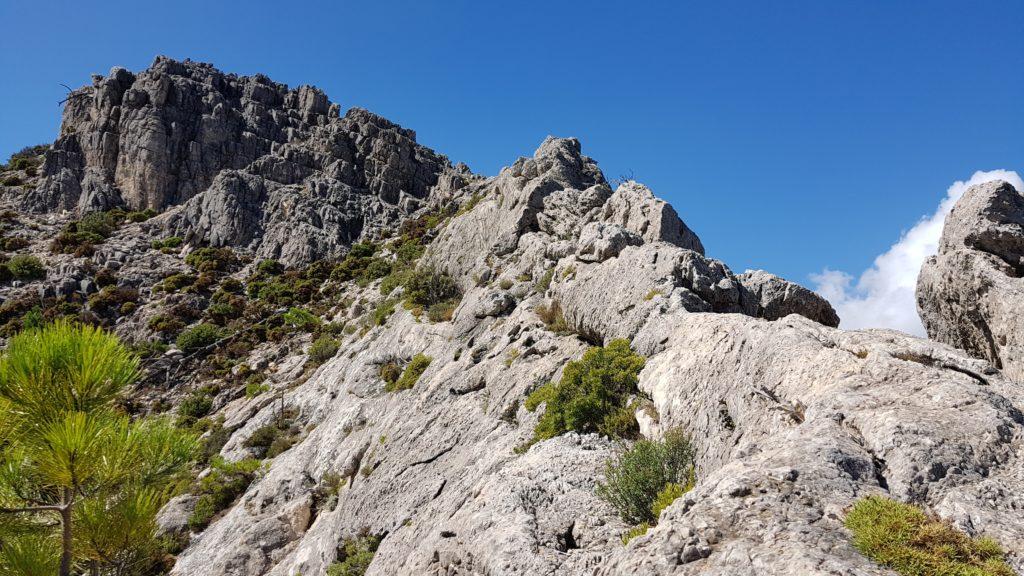 Vista del filo rocoso que ya hemos destrepado. La cumbre 2 al fondo