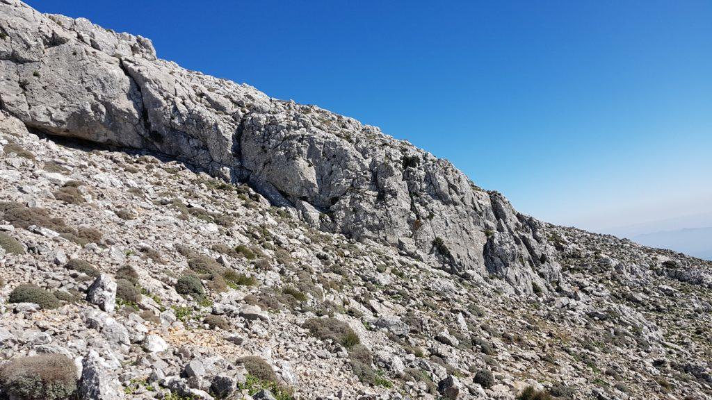 Desde el collado, rodeando los muros de piedra