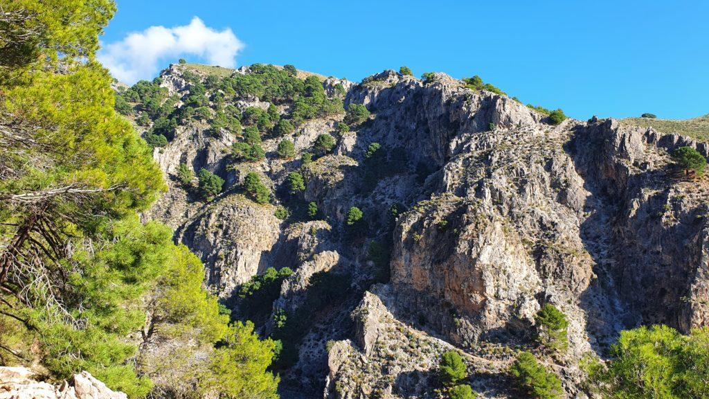 Vista al sendero de descenso desde la subida del otro lado
