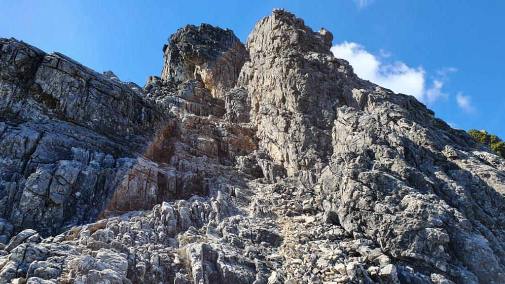 Canal rocosa. Pasaremos entre las dos torres